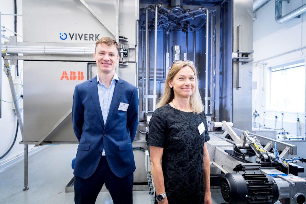 Frederic Tholence, Lab Host, och Karin Gustafsson, Lab Manager, för ABB:s nya Washdown Lab. Bildkälla: ABB News Center