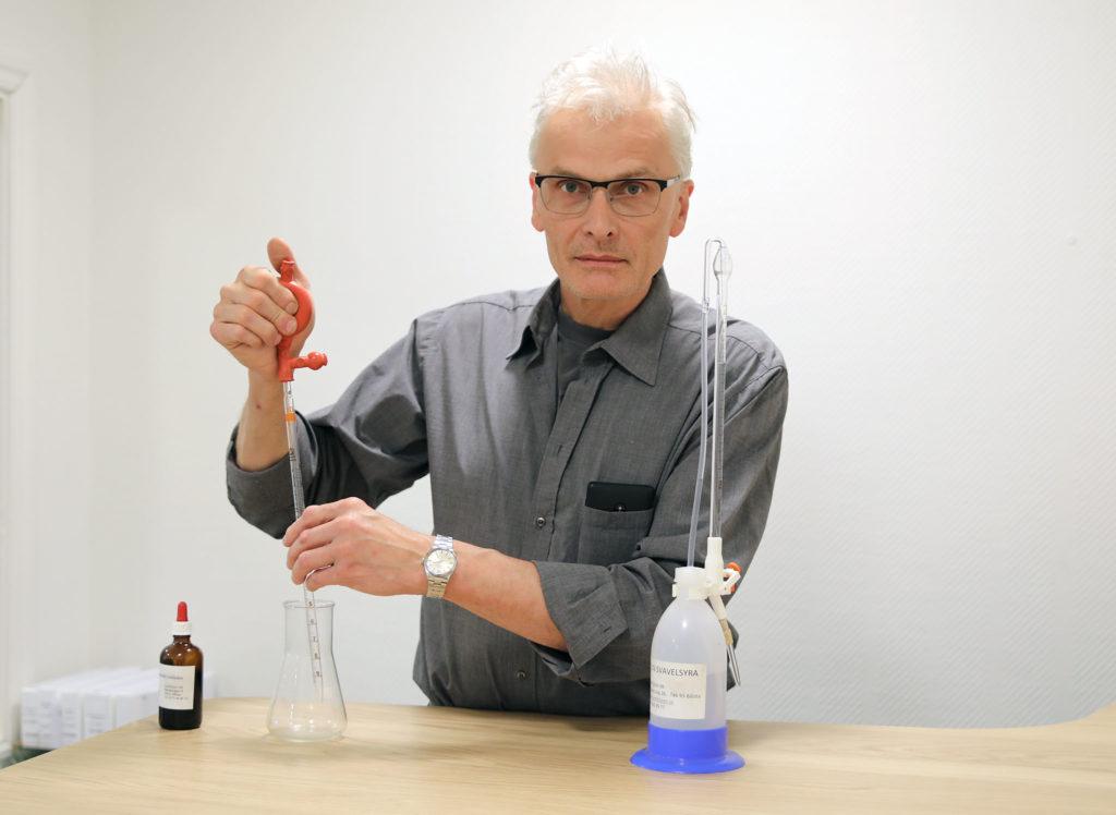 Åke Nyberg visar hur man analyserar renhet och tvättvätska med Viverks kemikit.