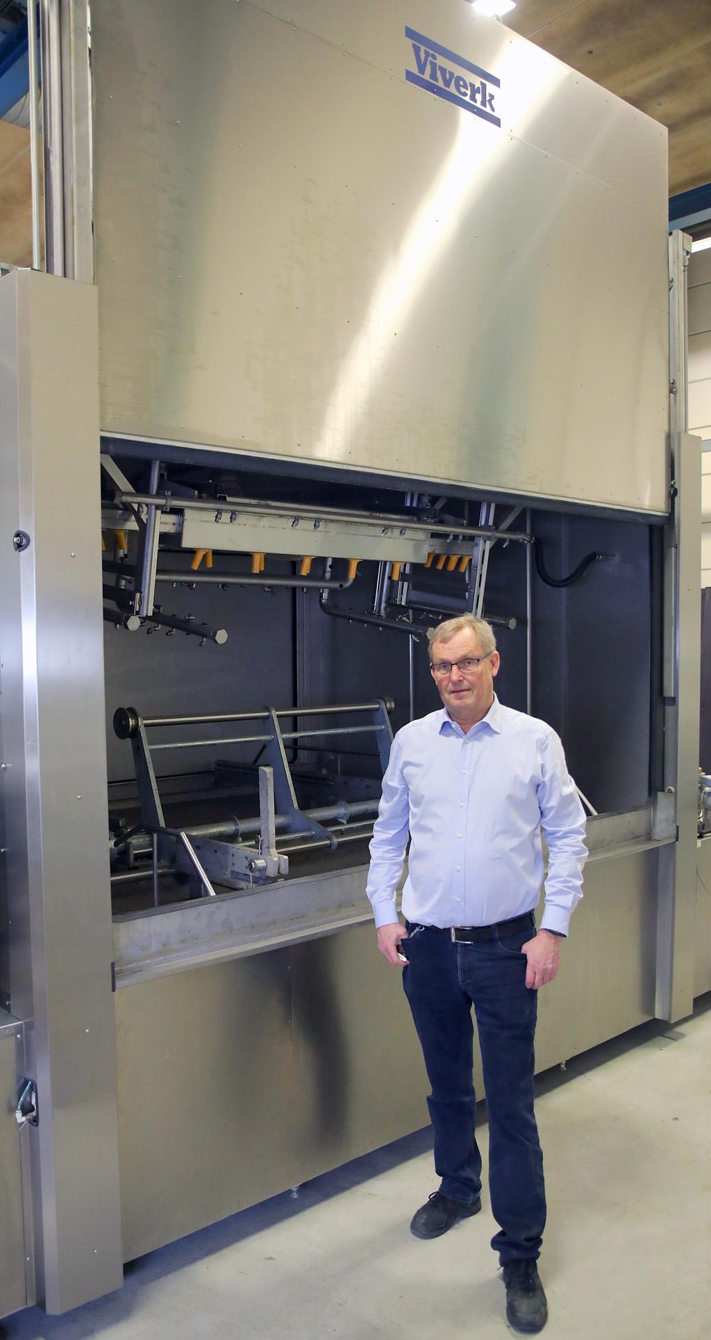 Erik Conradsson framför en tåghjulstvätt som Viverk tillverkat till kund.