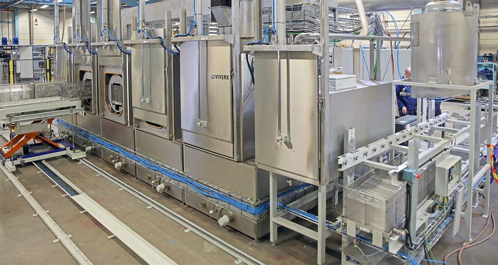 Tvättanläggningen består av Flowjet-tvättar av typ VFT, Ultraljud samt Vakuumtork. Tillhörande transportbanor med lyftbord, som hanterar godset med full automatik genom de olika stegen i tvättprocessen, ingår i Viverks leverans.