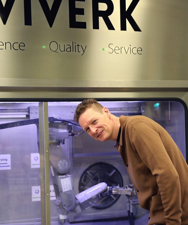 Ola Agermark studerar en robottvätt på Viverk i Vislanda.